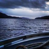 Suchen des düsteren Wassers von Loch Ness, Schottland Lizenzfreies Stockfoto
