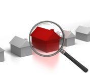 Suchen des heißen Eigentums mit Vergrößerungsglas Lizenzfreies Stockfoto