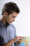Suchen des jungen Mannes Stockfotos