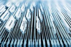 Suchen eines Büroaktenschranks lizenzfreies stockfoto