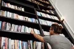 Suchen nach Buch lizenzfreie stockbilder