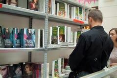 Suchen nach einem Buch Lizenzfreie Stockfotos
