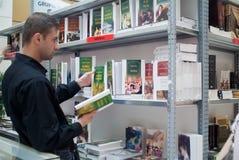 Suchen nach einem Buch Lizenzfreies Stockbild