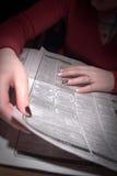 Suchen nach einer neuen Gelegenheit in der Zeitung Lizenzfreies Stockbild