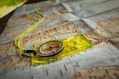 Suchen nach Position mit Karte und Kompass Stockbild