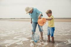 Suchen nach Sealife mit Großmutter lizenzfreie stockfotografie