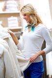 Suchen nach Winterkleidung Lizenzfreie Stockfotos