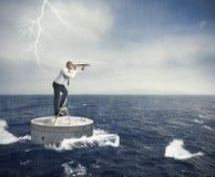 Suchen Sie eine Lösung zur Krise stockfotos
