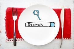 Suchen Sie Konzept auf weißer Platte mit Gabel und Messer Lizenzfreie Stockfotografie