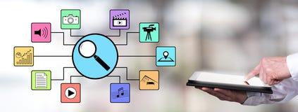 Suchen Sie nach apps Konzept mit dem Mann, der eine Tablette verwendet Lizenzfreie Stockfotografie