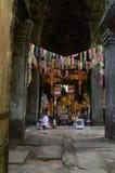 Suchende Almosen der Nonne in Ost-Gopura von Banteay Kdei Lizenzfreie Stockfotos