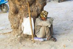Suchende Almosen des indischen Straßenbettlers stockfoto