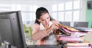 Suchende Datei der Geschäftsfrau an Arbeitsplatz stock video footage