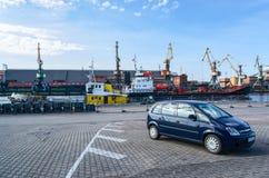 Suchy ładunku naczynie, żurawie przy Marina w Ventspils i Obrazy Stock