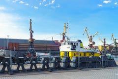 Suchy ładunku naczynie i podnośni żurawie przy Marina w Ventspils Zdjęcia Stock