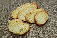 Suchy biały chleb na stole zdjęcia royalty free