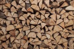 Suchy bukowy drewno przygotowywający dla ogrzewać Drewniane bele brogować na górze each inny Sterta drewno Obraz Stock