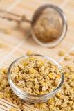 Suchy chamomile w szklanym naczyniu fotografia stock