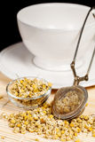 Suchy chamomile z herbacianym durszlakiem i szklanym naczyniem obraz stock