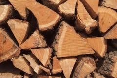 Suchy dębowy drewno przygotowywający dla ogrzewać Drewniane bele brogować na górze each inny Sterta drewno Zdjęcie Royalty Free