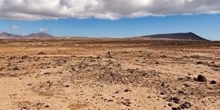 Suchy i skalisty pustynia krajobraz w fotografia stock