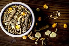 Suchy jedzenie dla ślepuszonek w pucharu drewnianego tła odgórnym widoku zdjęcie royalty free