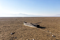 Suchy jeziorny łóżko z naturalną teksturą krakingowa glina w perspektywie Zdjęcia Royalty Free