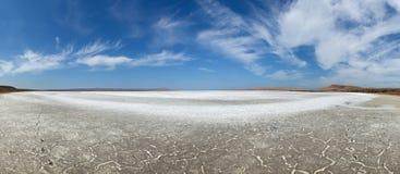 Suchy jezioro pod niebieskim niebem Obraz Royalty Free