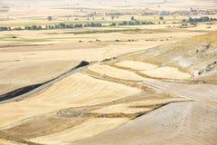 Suchy krajobraz z zbierającymi polami na letnim dniu w Castrojeriz, Burgos Zdjęcia Stock
