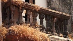 Suchy krzaka dorośnięcie przez starego balkonu zbiory wideo