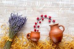 Suchy laveder bukiet, malinka i słoma na drewnianym tło odgórnego widoku mockup, Fotografia Stock
