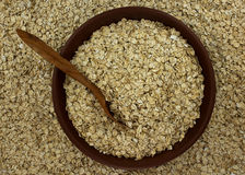 Suchy owsów płatków oatmeal w pucharze na tle z drewnianym spo Obraz Stock