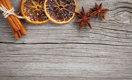 Suchy pomarańcze, cynamonowego i Gwiazdowego anyż z kopii przestrzenią, Obraz Royalty Free