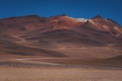 Suchy pustynia krajobraz z halnymi szczytami obrazy royalty free