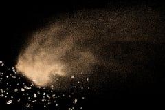 Suchy rzeczny piaska wybuch odizolowywaj?cy na czarnym tle Abstrakcjonistyczna piasek chmura Brown barwi? piaska plu?ni?cie przec zdjęcie royalty free