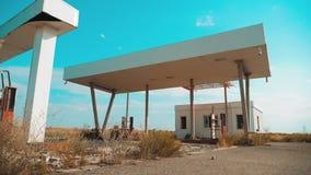 Sucia gasolinera abandonada vieja forma de vida U S Ruta 66 vídeo de la cámara lenta del camino 66 de la crisis que aprovisiona d metrajes