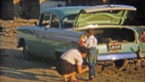 1954: Suciedad de cepillado de la mamá apagado del niño pequeño sucio NEWARK, NEW JERSEY almacen de metraje de vídeo