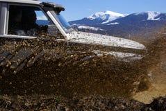 Suciedad, montañas y jeep Imagen de archivo