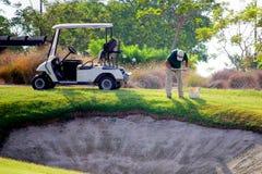 Sucina, Испания - 8-ое августа 2018: Groundsman на поле для гольфа, беря образцы почвы от прохода около бункера с прорицателем стоковое фото rf