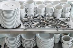 Sucio de lavado que espera del plato y del artículos de cocina para imagen de archivo libre de regalías