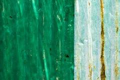 Sucio y Rusted galvanizó el tejado del hierro, fondo grande de la lata Imagenes de archivo