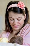 Мать материнствя suckling ее новая - рожденный младенец Стоковое фото RF