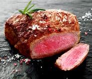 Suckulent sällsynt nötköttbiff som igenom skivas Arkivfoton