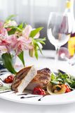 Suckulenta tjocka saftiga delar av grillad filébiff tjänade som med tomater och stekgrönsaker Royaltyfri Fotografi