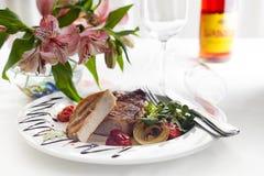 Suckulenta tjocka saftiga delar av grillad filébiff tjänade som med tomater och stekgrönsaker Royaltyfria Bilder