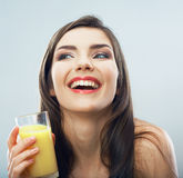 Suco ascendente próximo da bebida do retrato da jovem mulher Imagens de Stock Royalty Free