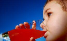 Suco bebendo da criança Fotos de Stock