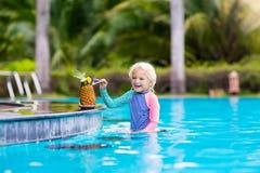 Suco bebendo da criança na barra da piscina Fotografia de Stock Royalty Free