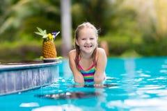 Suco bebendo da criança na barra da piscina Fotografia de Stock