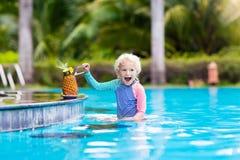 Suco bebendo da criança na barra da piscina Imagens de Stock Royalty Free